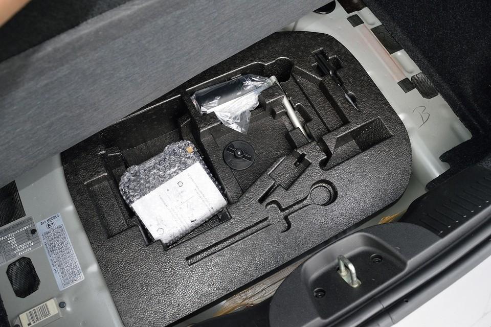 トランクマット下には工具類。使用した形跡もなさそうですね。