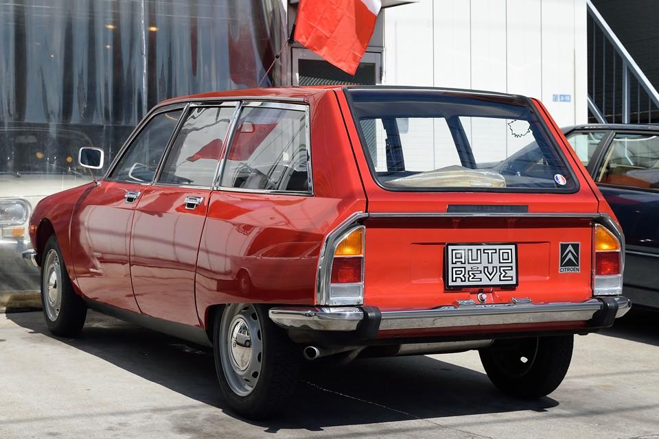 白やベージュ系が多いGSですが、この少しオレンジ掛かった独特の「Derio Red」という赤いボディカラーが、なんとも小粋!ちなみに、この色、もちろんオリジナルカラーです。