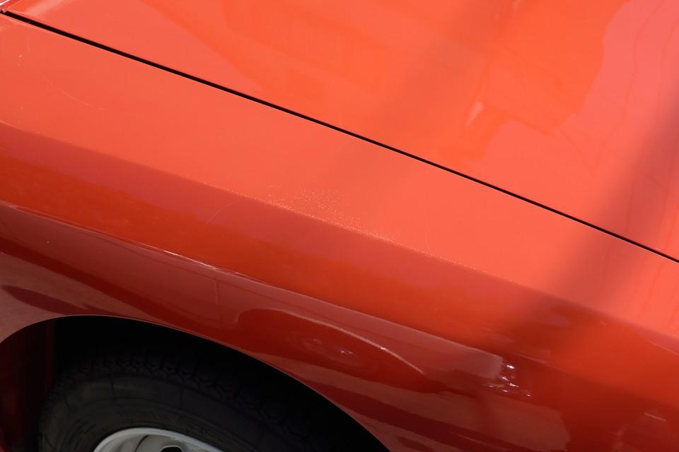 そして、右フロントフェンダーから右フロントウインドウ下にかけてクリア塗装浮きが・・・。まぁ、塗装は再ペイントすれば済むことですが・・・。
