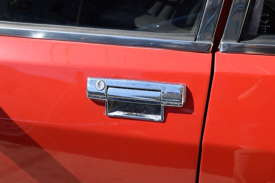 最後に、ドアハンドル部分のメッキが劣化でポツポツ状に・・・磨けば、これだけ輝くので、これは許容範囲ではないかと・・・。