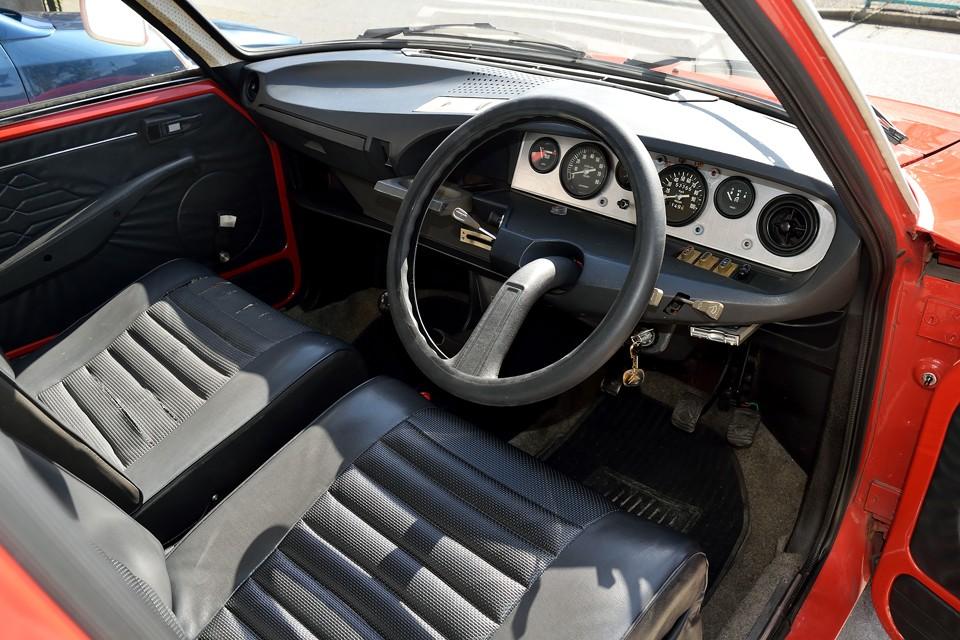 ・・・と言ってもメーターパネル以外は、左ハンドル車を踏襲したデザインなので、シトロエン好きの方には、お馴染みかと・・・初めてご覧になる方は「何だこのアヴァンギャルドなデザインは~!ホントに1972年のクルマなの~!」ではないかと・・・。