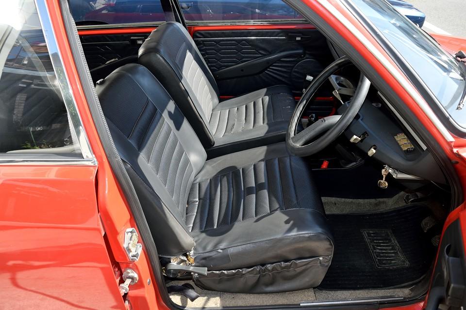 このボディカラーには、この黒ビニールレザーインテリアの組み合わせが標準!運転席は座面がヘタリ気味でしたので、吊りゴムを張替済!サイド部に切れもありましたので、それも補修済です。