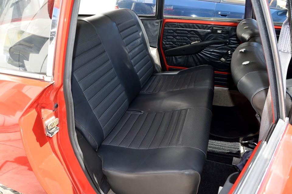 リアシートは使用頻度が少なかったんでしょうね。状態も良く、モッチモチのふんわりシートそのもの!こりゃ後ろに座るのもいいかも・・・。