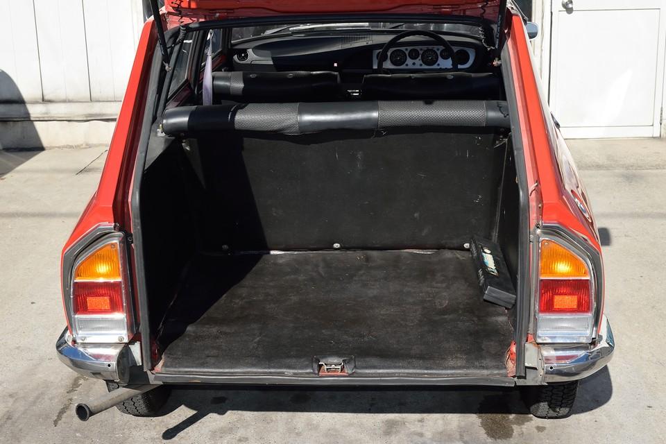 既にお気付きかと思いますが、何とバンパーごと開くハッチなので、入り口から奥まで、まっ平ら!これ以上、荷物の積み下ろしの楽なワゴン車ってある?