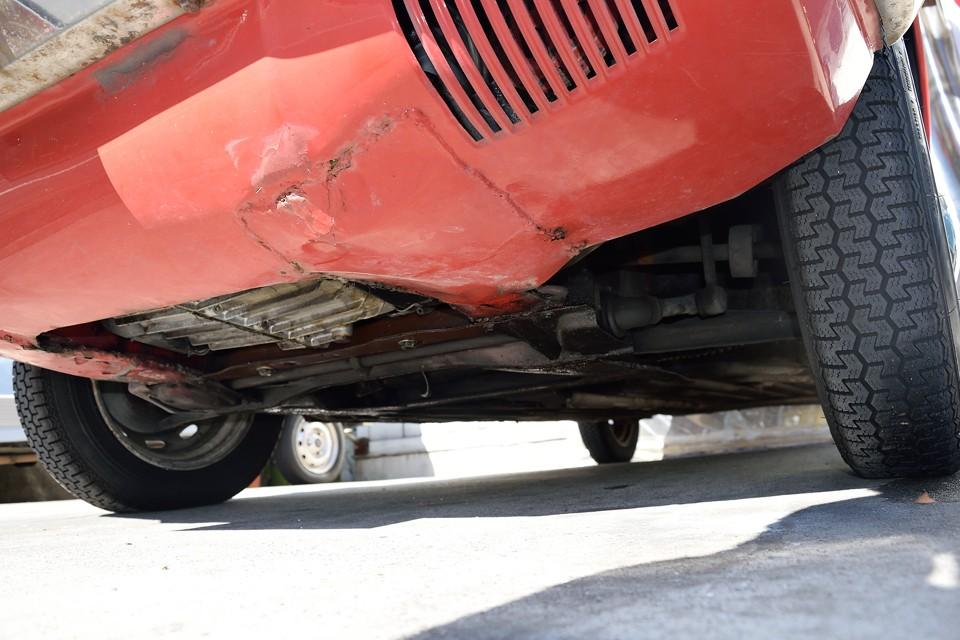 エンジン下面。ガリキズが付いたり、そこからサビてしまう事の多いアンダースポイラーですが、やはりキズが付いてしまったのでしょうか、一部溶接での補修跡があります。普段はほとんど見えないところですが、塗装もされてシッカリと補修されています。