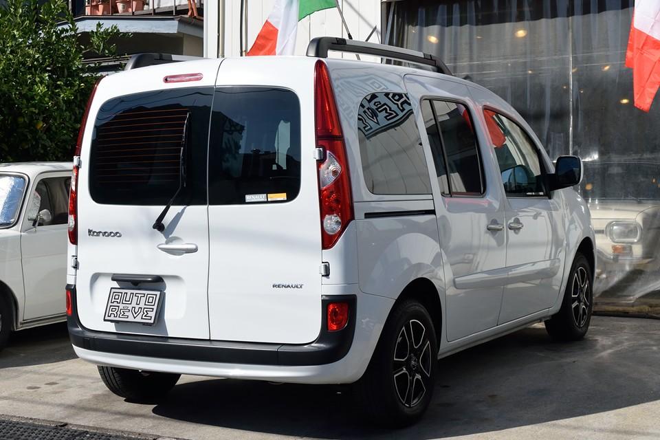 車両の状態が良いのはもちろんですが、装備もテンコ盛り!まず目を引くのが、控えめながらも確実に個性を際立たせるOZのアルミホイール!特に白カングーにマッチしたブラック&クロームのデザインが☆☆☆☆☆!