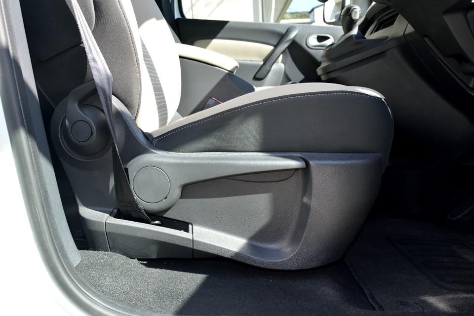 そんな悩みはさておき(笑)、運転席にはかなり調整幅のあるシートリフターが装備されていますので、小柄な方でもベストポジションに!