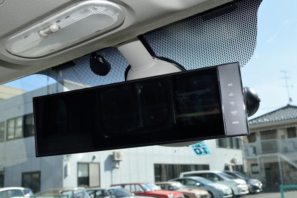 そして、今や必需品かもしれませんね、ドライブレコーダーも装備!ミラー一体式なので、視界を妨げる事もありません!画像では判りづらいですが、ミラーの右端がモニター画面になっているタイプです。