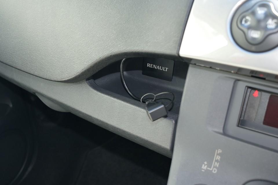 標準ではここに赤白のアナログピンジャックが装備されていますが、USBケーブルに変更済!これでスマホの充電もOK!