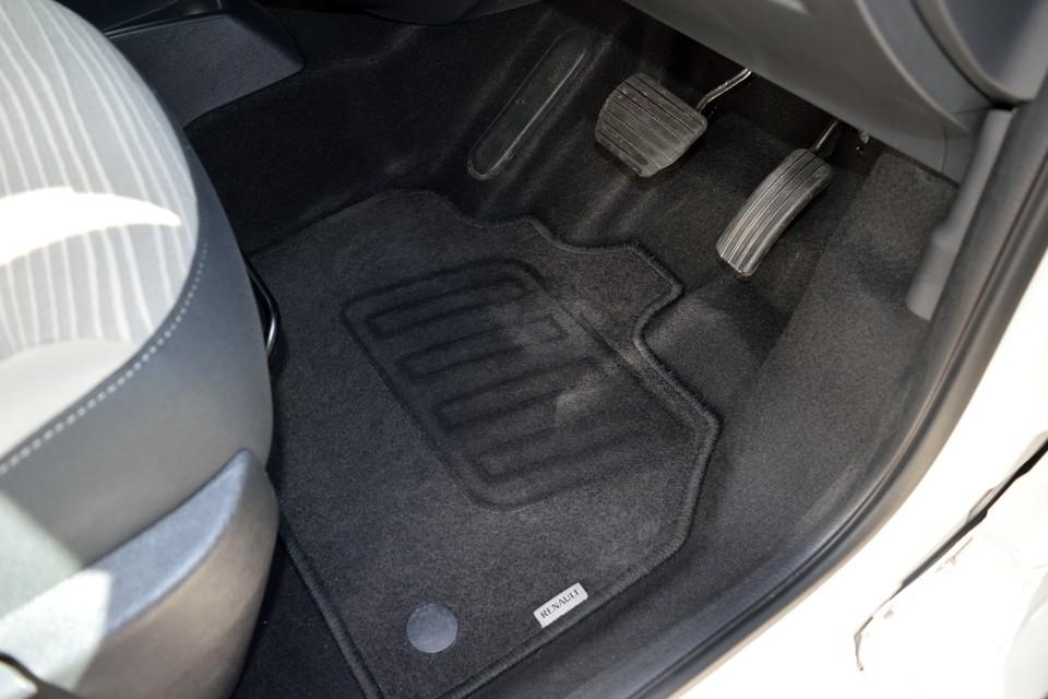 とても清潔な個体と再三申し上げておりますが、これをご覧いただければご納得いただけるかと・・・運転席フロアマットがこの状態です。まさか、足を着けずに運転されていた?!←それ無理(笑)