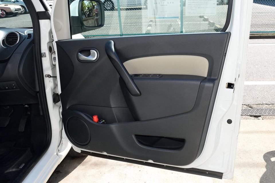 ドア内張りも清潔そのもの。車両全体にわたってこの状態なのです!次にお乗りになる方にとっては、ありがたいですよねぇ。