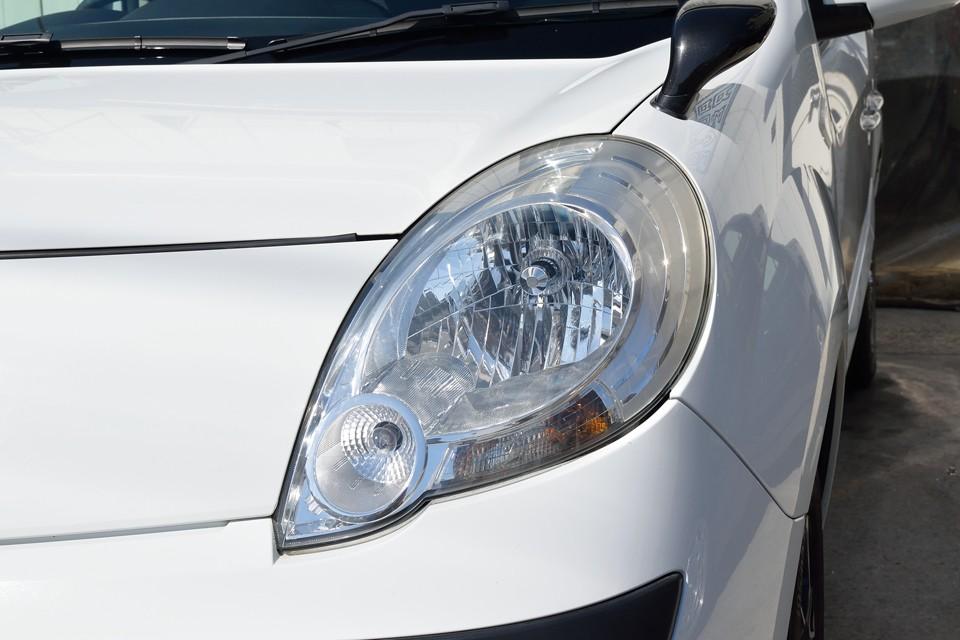 白くくもってしまうヘッドライトもご覧の通りクリア~!そしてライトは、安心、安定の純正オプションのHIDを装備!明るいぃ~!