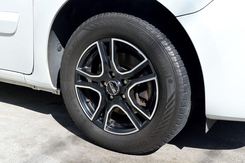 印象的なホイールは、OZ製「Adrenalina(アドレナリーナ) for KANGOO」というカングー専用に造られたアルミホイール!ピッタリ合うわけですね。また、タイヤは残溝も少なく、かなり固い状態ですので、ここは思い切って、ご成約いただきましたら、タイミングベルト一式と合わせてミシュランタイヤ4本新品交換サービスします!・・・あっ、勢いで、また言ってもうた(苦笑)