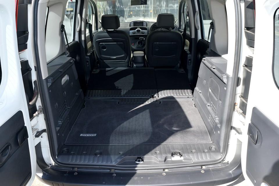 これだけの平らなスペースがワンタッチで出現するんですから、これ、今流行の「車中泊」には打ってつけではないかと・・・。