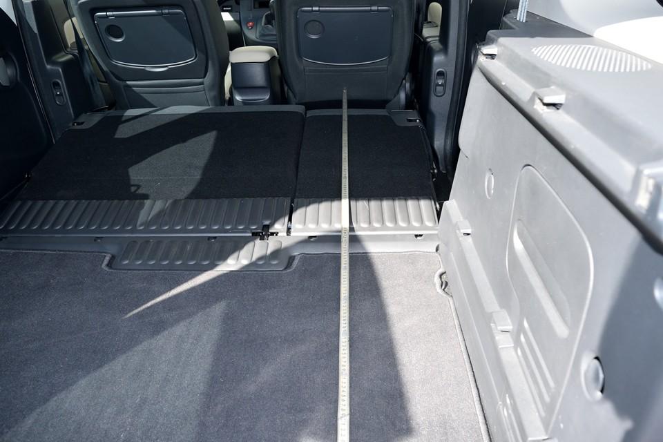 というわけで、車中泊ファンの方のご要望にお応えして?!ラゲッジスペースの寸法を計ってみま~す!前席を一番前にスライドさせた状態で、前席後ろから、リア後端までは、え~っと・・・。