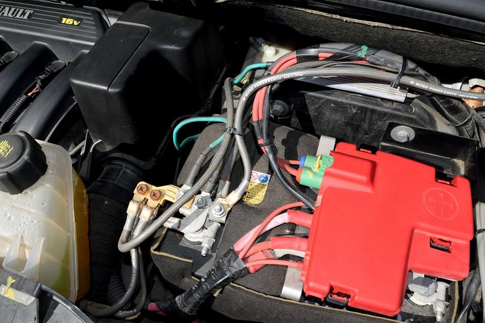 また、このカングーにはアーシングシステムも取り付けられています。エンジンやミッションはもちろん、音響や電装系装備、更に燃費にも好影響を与えてくれるアイテムなのです!
