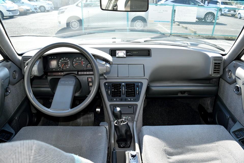運転席と言うより、まさに「コックピット!」今見ても洗練された印象を感じさせるデザインは素晴らしいですね。