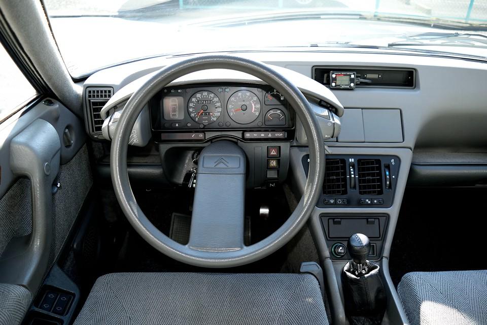 こうやって見ると、むしろ丸いハンドルに違和感を感じます。操縦桿の方がしっくりくるかと・・・。