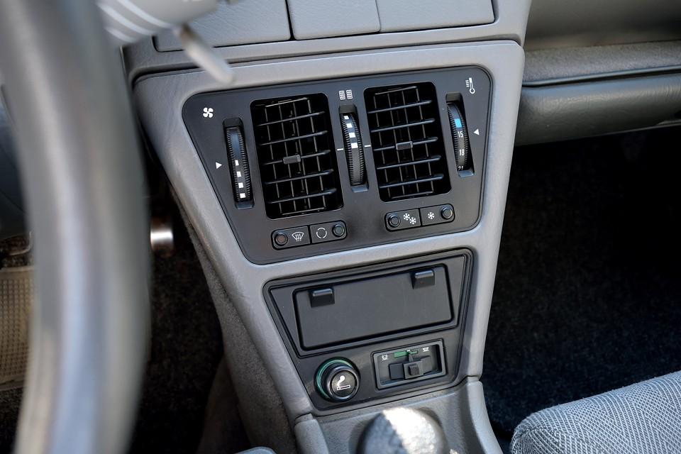 旧車では気になるエアコンですが、ガスが抜け気味で、冷えも弱いのですが、機能としては正常のようです。ただ、ガスが漏れているのは事実なので、今後も定期的な補充は必要な状態です。根本的な解決には別途修理が必要です。