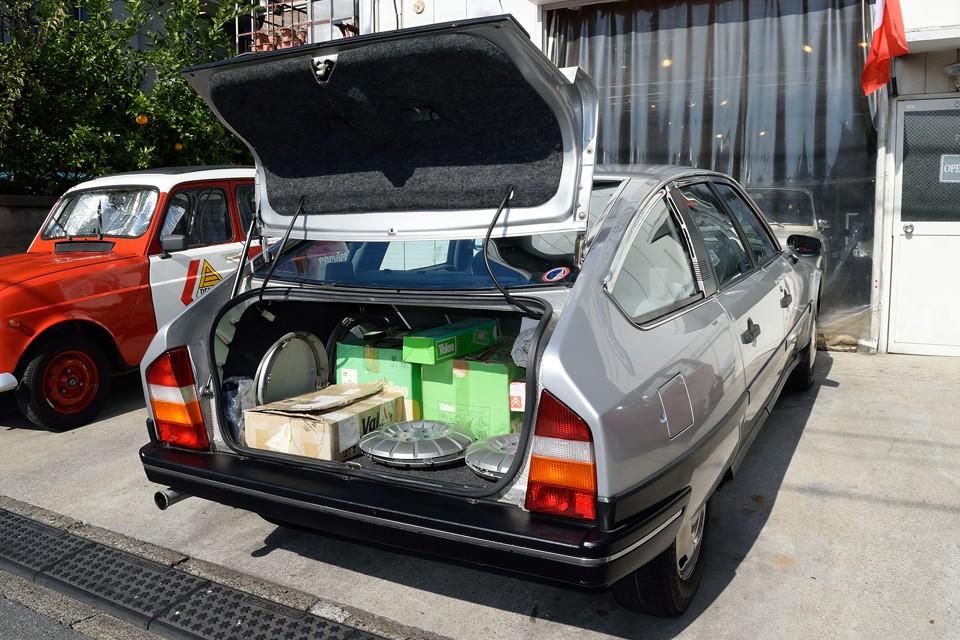 リアハッチはこんなふうに「ガバッ」と開くので、荷物の出し入れもしやすく便利!ご覧のトランクいっぱいの部品も付属します。中身は・・・