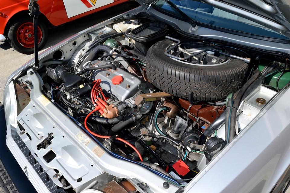 SOHC4気筒2200ccのエンジンは115PS/5600rpm、17.8kgm/3250 rpmを発生。気になるタイミングベルトは交換歴不明なので、出来れば今回の車検整備での交換がおススメ!