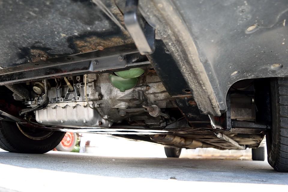 エンジン下面です。過去にエンジンオイルでしょうか、滲んで出来たような汚れが見受けられますが、現在、LHM、エンジンオイルともに漏れはありませんので、ご安心を!