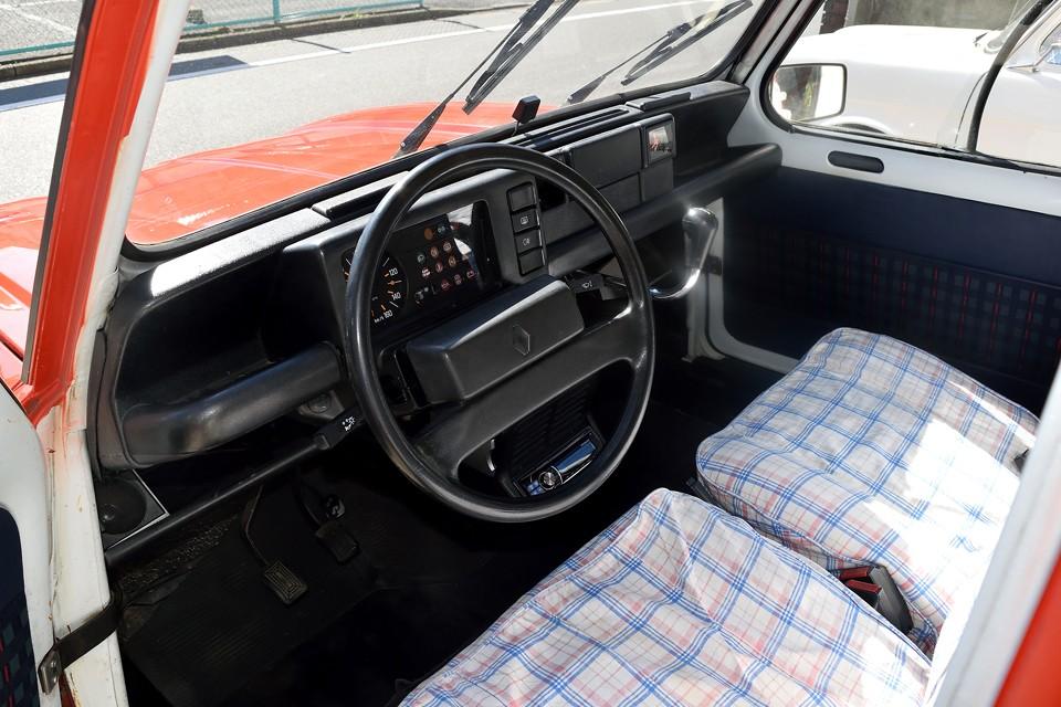 インテリアはほぼノーマルの状態です。さすがに、ダッシュパネルをカラフルにするのはちょっと・・・ですが、ご覧のシートカバーはQUATREVE専用!ワンオフで製作したものです!