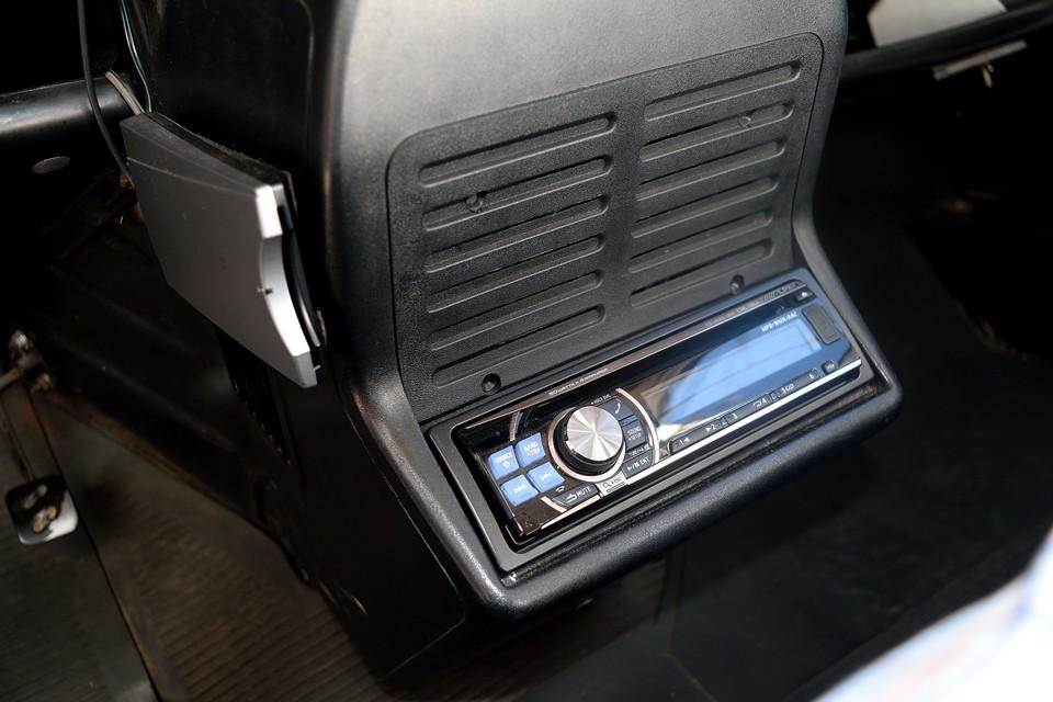 オーディオ、ETCも装備!ドライブに音楽は欠かせないし、左ハンドル車にETCはもはや必須ですよね。