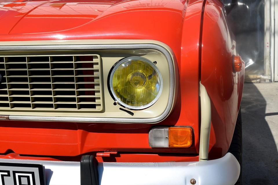 そしてヘッドライトはイエローバルブ!やっぱりフランス旧車には良く似合いますね。ちなみに、弊社入庫時、ヘッドライト反射板が劣化していたので、左右新品交換済で目元クッキリ!また、バルブはハロゲン球のイエローですので、明るさもそれなりにあります。