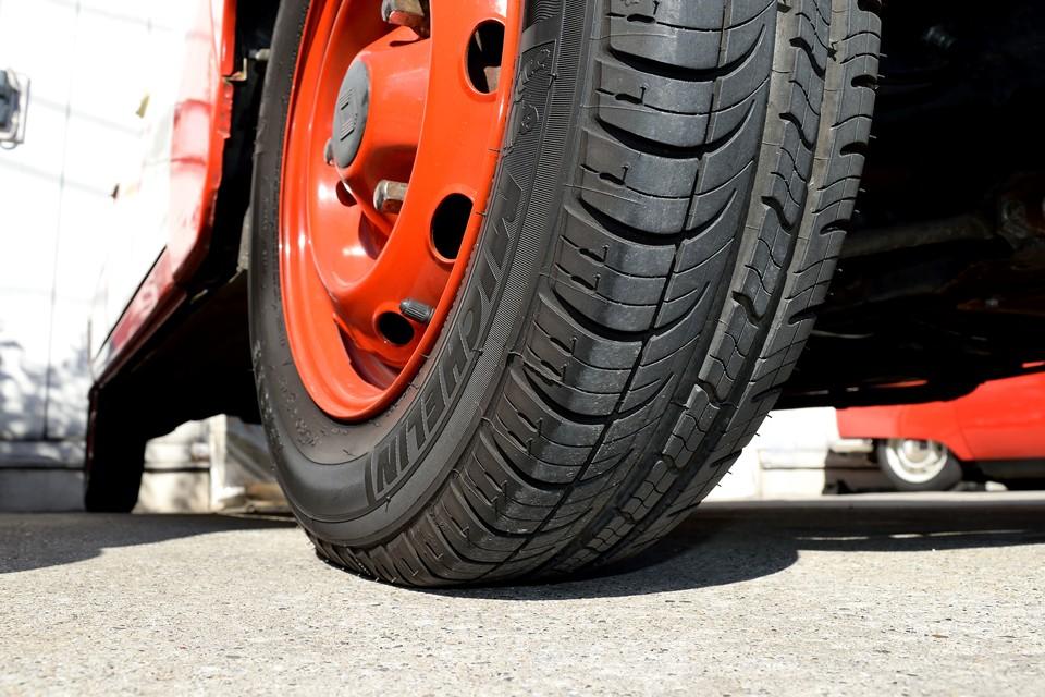 タイヤはご覧の通り残溝タップリ!8分山というところですが、良く見るとサイドウェアには細かなヒビが・・・少し勿体ない気はしますが、ご成約いただきましたら同じミシュランタイヤ4本新品交換させていただきます!