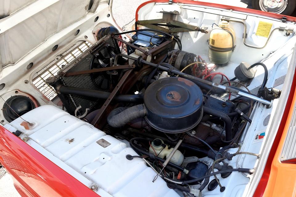直列4気筒OHV、1108cc、最高出力34.5 PS/4000 rpm、最大トルク7.5 kgm/2500 rpmを発生!えっ?たったの34馬力?!なんて侮ってはいけません。実用回転域で最大トルクを発生するその特性と、車重720kgと軽量なおかげで、むしろ発進時の出足は現代車にも引けをとらないほどなのです!