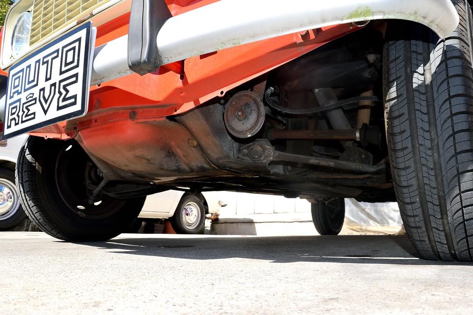 エンジン下面です。現在、ドライブシャフトオイルシールからのMTオイル漏れが若干ありますが、ご成約いただきましたら納車整備内でオイルシール交換させていただきますので、むしろご安心いただけるかと・・・。