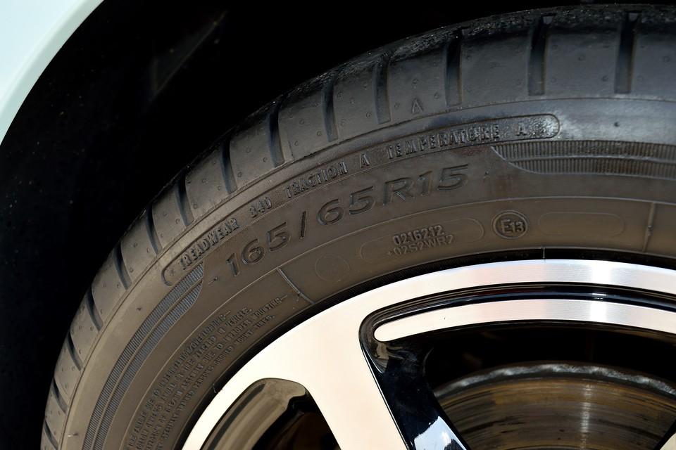 タイヤサイズはフロント165/65R15、リア185/60R15。偏平タイヤがほとんどの昨今、タイヤの柔らかさを感じられるこのサイズは良いですねぇ。しかも国産タイヤでも1本5,000円~と経済的!