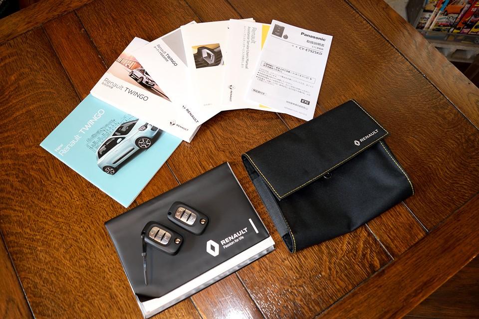 もちろん、取説、記録簿、書類入れ、スペアキーとすべて揃ってます。新車カタログはおまけです!