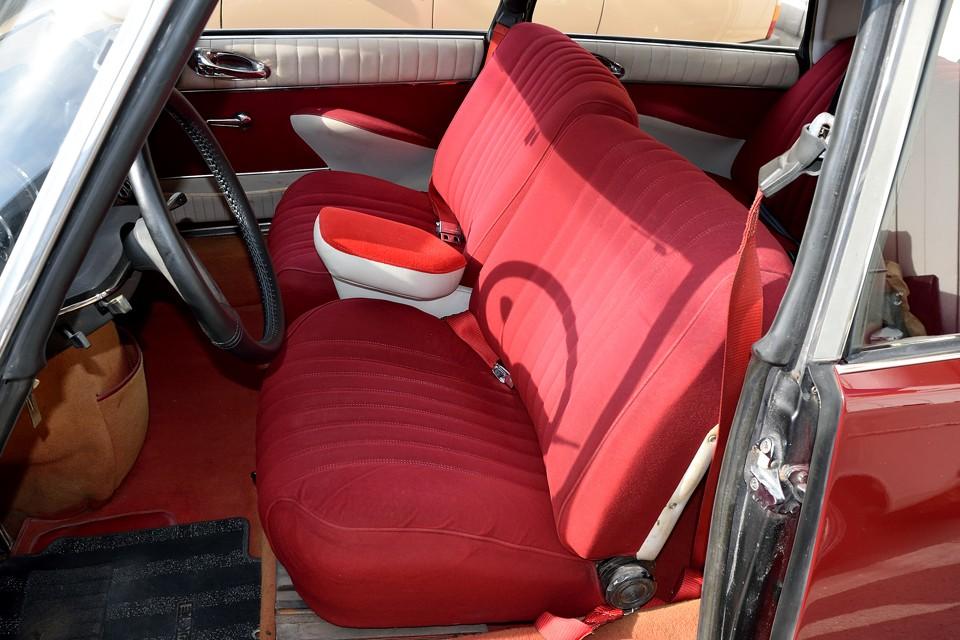 そしてこのシート!みるからに柔らかそうな分厚いシートですが、実際の座り心地は想像以上!他車には無い、座るだけで癒されるDS独特の秀逸なシート!