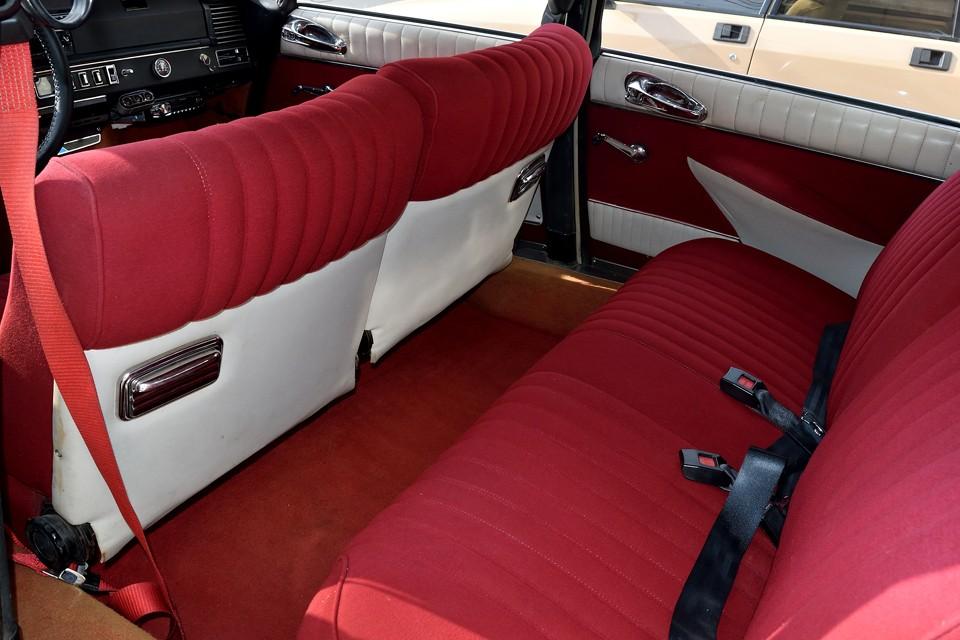 もちろん足元のカーペットも赤!その昔、張り替えられたシートは破れもなくとても良い状態です。特にリアは使用頻度が少なかったんでしょうね、清潔感もあり、このまま気持ちよくお乗りいただける状態です。