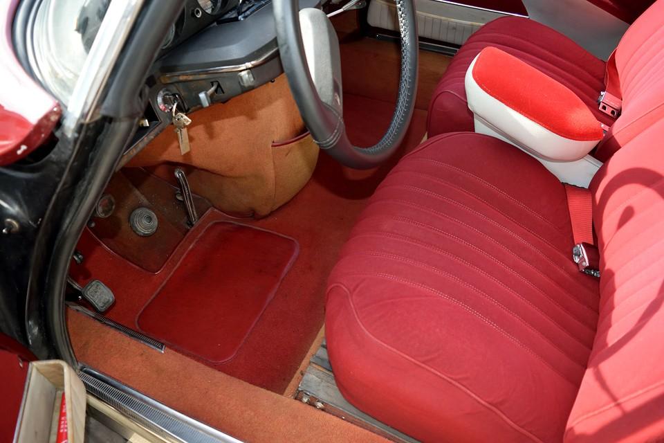 フロント足元ももちろんレッドカーペット!運転席には若干の使用感はどうしてもありますが、ひどい損傷はありません。