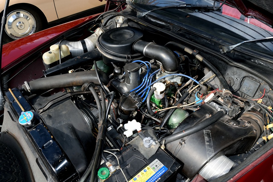 水冷直列4気筒1985cc、最高出力104ps/6000 rpm、最大トルク14.9kgf・m/4000 rpmを発生するエンジン。車重が1280kgなので決してパワフルとは言えませんが、そもそも、パワーではなく乗り心地を楽しむクルマなので必要にして十分!むしろ過度なパワーで乗り心地を損なう事も無く、このスペックがベストなバランスかと・・・。