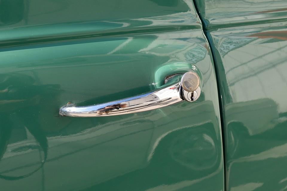 運転席のみ、ご覧の蓋付のキーロックが付きます。う~ん、黒電話にカバー掛けてたのと同じ論理か?(苦笑)