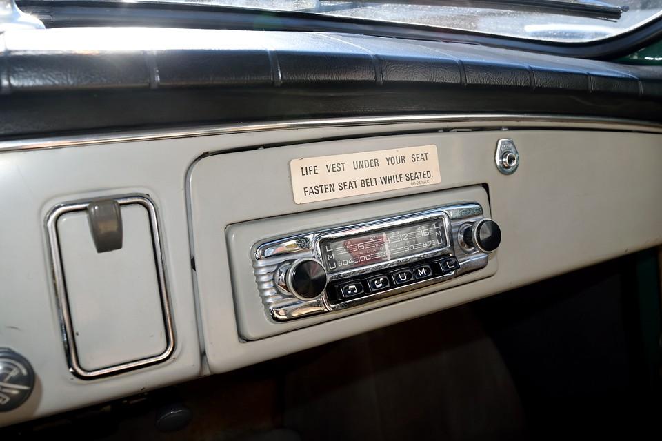 これまたレトロなカーラジオ!現在、配線されていないみたいなので、動作未確認ですが、この眺めだけでも十分かと・・・。