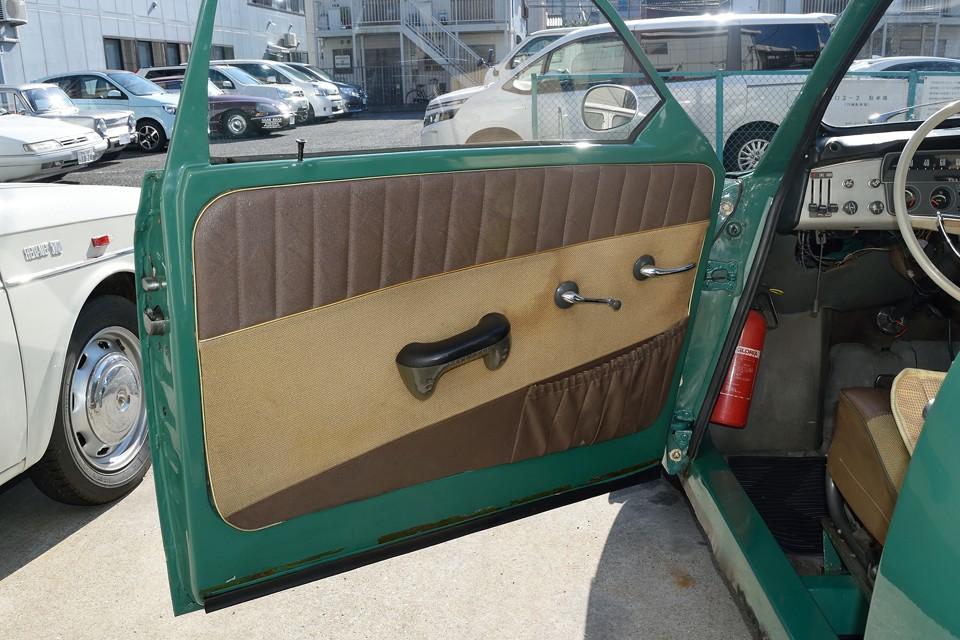 シート同様、茶色&ベージュのコンビ柄のドア内張り、これもシミ汚れが目立ちますので、アウトレーヴ清掃技術員の腕の見せ所!