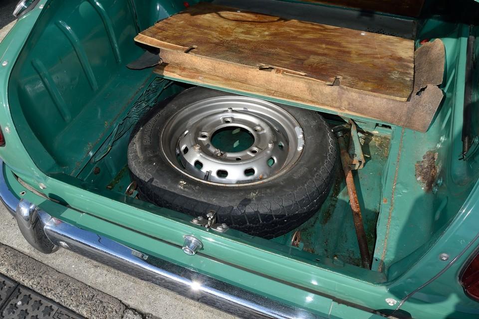 トランク床下のスペアタイヤスペースです。右端に見える塗装ハゲは、錆が原因というより、塗装浮きで剥がれてしまったようです。