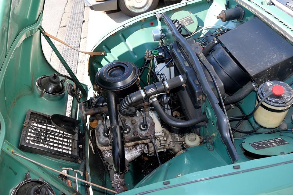 直列3気筒、2ストローク、841cc、最高出力38hp/4250 rpm、最大トルク8.26kgf⋅m/3000 rpmを発生するエンジン。たったの38馬力ですが、パンチのある2ストロークで、しかも車両重量860kgなので、思いのほか俊足!