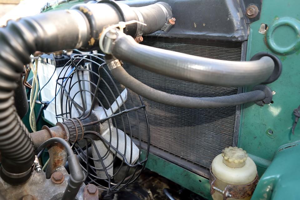 ただし、機構的には日本の暑い夏は要注意!ラジエター冷却ファンがこの大きさなのと、何故かラジエターがエンジンの後ろ、バルクヘッド側なので、冷えはあまり期待できなそうな構造です。北欧のクルマなのでしょうがないところでしょうか・・・。