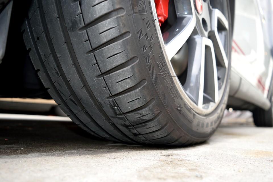 タイヤはミシュランの高性能タイヤPilotSport3、サイズは215/45R17、残溝は5分山というところでしょうか。暫くは交換の必要は無さそうです。