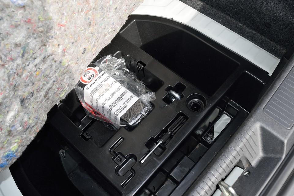 今のクルマは工具らしい工具はないんですねぇ。その代わりにパンク修理キットが装備されています。