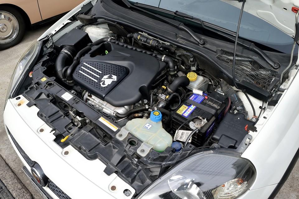 サソリマークが輝くエンジンは、直列4気筒DOHC16バルブICターボ1368cc、最高出力155ps/5500rpm、最大トルク20.5kg・m/5000rpm(ノーマルモード)を発生!スペック的には驚く数値では無いのですが、実際の走りの体感は数値の5割増しの感覚!チョ~気持ちいい~!