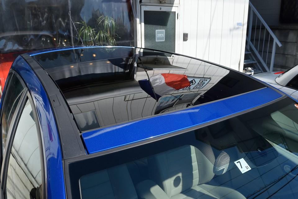 ルーフは後席までほぼ全面ガラス張りの「プレミアムグラスルーフ!」前席のみ電動での開閉が可能なタイプです。
