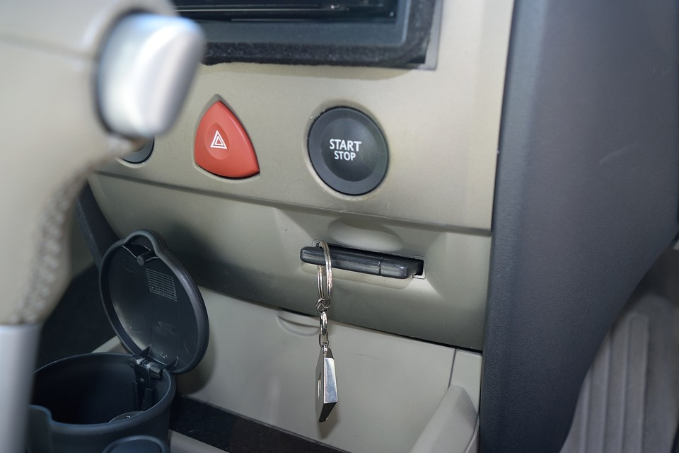 今では当たり前ですが、メガーヌはこの頃からプッシュ式スタートボタンです。ちなみにキーはご覧の通りのカード型!それがいいかどうかは別として・・・(苦笑)