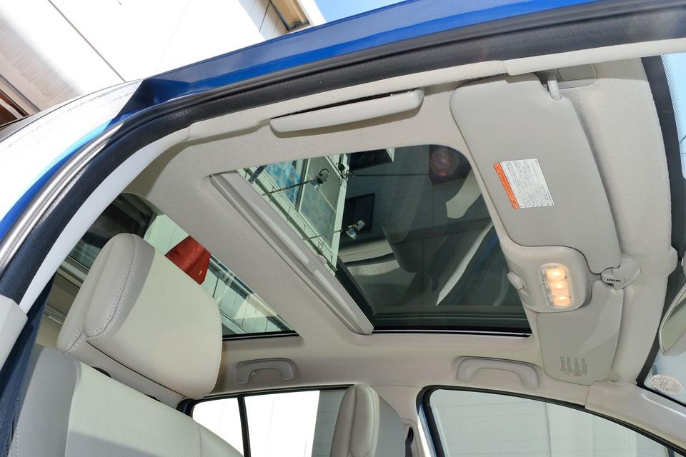 ワンタッチで開くサンシェードを開ければ、この解放感!前席のみのサンルーフに比べて、後席の解放感は格別!